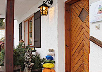Nahaufnahme des Eingangs in die Naturheilpraxis Im Regenbogen in Postmünster